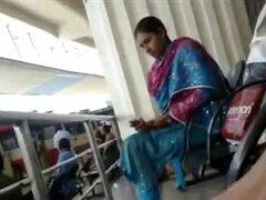 Tamil guy polla flash en busstand a la chica, chico de Tamil flash martillo en soporte de bus a la chica