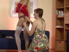 Señora madura con medias con chica joven