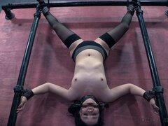 Pollito pequeño titty disfruta el dolor de su juego BDSM - Yhivi