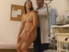 Ginecólogo filmar secretamente sus pacientes en su gabinete, el viejo ginecólogo medico establece una webcam escondida en su cuarto de control