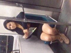 Pirenas de jovencita en el metro, al subir al metro me encontre con esta chava con bonitas piernas ella platicaba con su madre la cual estaba enfrente de ella y yo pues aproveche para filmarla