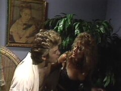 Mujer cachonda gime mientras juega con su agujero húmedo de amor - April West
