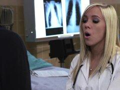 Travieso chica porno BiBi Jones en uniforme de enfermera folla su paciente
