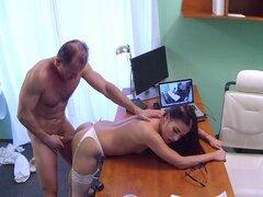 Enfermera sexy follando con un médico. Morena de enfermera sexy en medias blancas y ropa interior hecho doctor cachonda en el hospital así que él lamió su coño después de la mamada y luego la follan su profundo