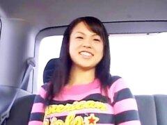 Puta asiática amateur en el coche