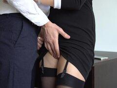 Secretaria sexy en medias hace jefe Cum en su vestido en la oficina