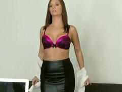 Sabes hermosa bikini modelo está desesperado por dinero en efectivo