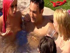 Grupo de swingers cachondas disfrutar de sexo oral en la piscina