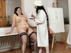 Kinky lesbianas maduras pintan sus cuerpos y juguetes