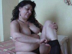Angelical abuela Rosie ensanchar las piernas mientras masturbándose en escena madura - Rosie
