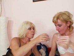 Desagradables abuelitas lesbianas rubia en medias jugando juntos