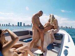 Barcos y azadas película. Piper y su equipo de amigos de culo loco estaban en camino a la marina porque uno de sus amigos los invitaba todos hacia fuera en su barco! Cuando llegamos, estaba un poco decepcionado de que su barco era tan pequeña pero decidió