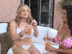 Chica en titty grande chica divertida como comen, los dedos y masaje - Maggie Green, Rebecca Jessop