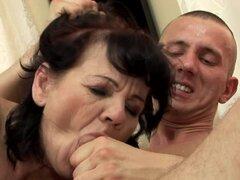 Helena puede consigue su coño lamido y golpeado en todos los sentidos