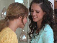 Coño caliente jugando con lesbianas caliente Alyssa y Tiffany, como esta rubia caliente viene hablar con Tiffany, las cosas se convierten en interesantes como estas chicas calientes comienzan a acariciar a sus grandes tetas. Empiezan a quitarse la ropa co