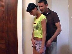Adolescente lleva una falda obtiene culo follada por detrás en el escritorio