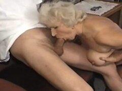 abuela mamada y follando