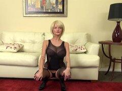 Rubia juega con sus grandes aldabas mientras burlas de su clítoris - Joslyn James
