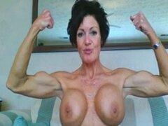 Muscular Madura Mujer Flexing. Madura cámara web mujer con músculos y grandes tetas falsas