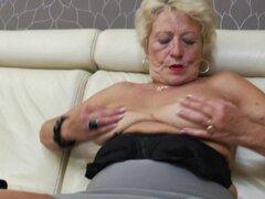 Coño viejo peludo de Marina todavía requiere una dosis diaria de masturbación - Marina T.
