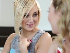 Adolescentes lesbianas tijera suavemente en la escena de sexo