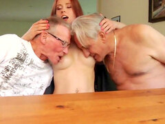 Joven chica decide follar dos hombres viejos