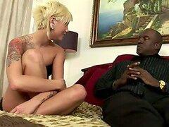 Rubia de pelo corto folla un hombre negro en un Video Hot