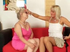 Abuela bien dotada penetra una milf