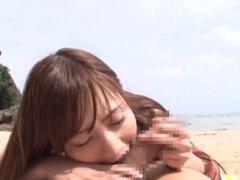 Atractivas chicas de Asia chupar la erección en la playa cálida - Yuria Mano