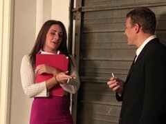 Lindo joven secretaria folla a su jefe en su oficina!