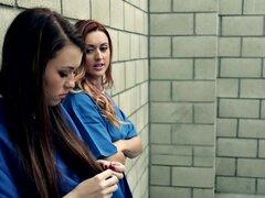 Prisión de amor lesbianas comiendo coño