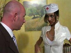 Latina caliente en traje de enfermera sexy follada - 1 de 2