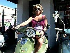 Tetona Brandy es follando como una bestia para una moto
