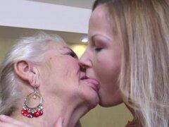 Abuela es lesbiana voraz que le encanta besar a una chica linda - Karola W., Jarna