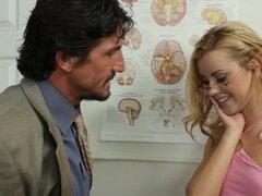 Chica rubia Jessie Rogers practica lo que ella ha aprendido en clase de anatomía