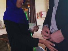 Belleza árabe consigue su coño perforado