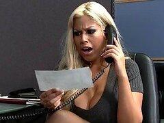 Cachonda rubia tetona es una secretaria muy puta la cual quiere obtener el bono del mes a toda costa