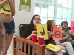 Estudiantes de Colegio dulce follan en misionero. Estudiantes de Colegio dulce folladas en misionero pose en el sexo de sala de dormitorio