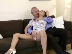 Chica adolescente caliente en tacones sexy