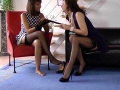 Chica lesbianas de la Lamiendo coño de la milf británica. Británica milf en medias Lamiendo coño preciosa babes lesbianas