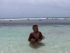 Video XXX PinkoHD: playa polla cola, Cathy le encanta ir de vacaciones a bajar para un buen cóctel viejo en la playa. Mira esta chica toma dos pollas enormes y cómo trabaja para recibir su cum carga!