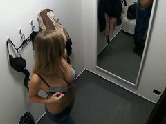 Impresionante chica adolescente ensaya en ropa interior en la tienda de lencería. Impresionante chica adolescente ensaya en ropa interior en la tienda de lencería