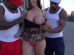 Chica blanca con tetas gigantes se pierde en el ghetto y obtiene negro dicked - Brooklyn Chase, Rico Strong, semental