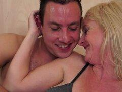 21Sextreme Video: no importa la edad, la edad no importa para Rob. Simplemente ama a las mujeres, jóvenes o viejas, él encuentra algo que admirar en ambos. Tomemos Monik como un ejemplo. Rob dice que Monik las curvas son bastante despierta y su experienci