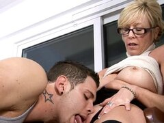 Abuela caliente seduce a estudiante
