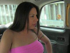 Amateur maduro golpeado en taxis asiento trasero