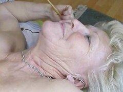 Horny granny vieja con enormes tetas le encanta