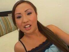 Joven asiática follando culazos. Joven asiática follando culazos