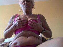 Abuela tatuada expone su clítoris grande para tu placer - Gerdi