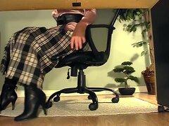 Secretaria con botas debajo de masturbación de escritorio,